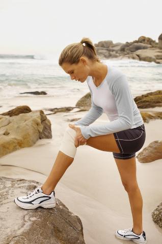 Почему колено опухло и болит