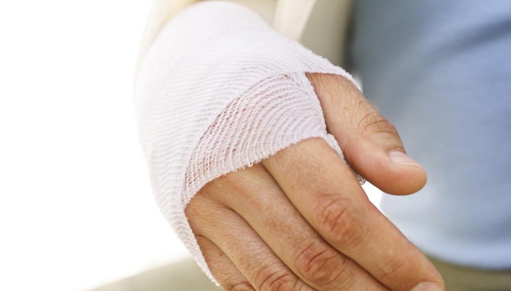 забинтованная рука